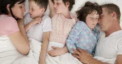 Ребенок спит вместе с родителями