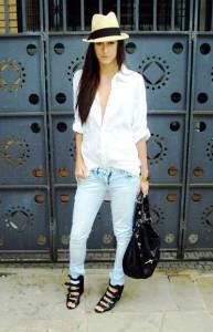 Белая рубашка с джинсами